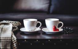 2 белых чашки кофе утра на таблице Стоковое Изображение