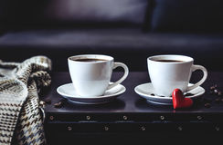 2 белых чашки кофе утра на таблице Стоковое Изображение RF