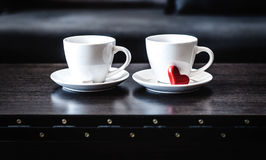 2 белых чашки кофе утра на таблице Стоковое Фото