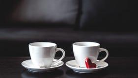 2 белых чашки кофе утра на таблице Стоковое фото RF