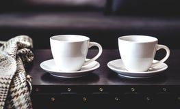 2 белых чашки кофе утра на таблице Стоковая Фотография RF