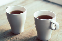 2 белых чашки на старом деревянном столе Стоковые Изображения