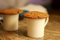 2 белых чашки печений овсяной каши с обломоками шоколада на верхней части, I Стоковое Изображение RF