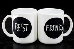 2 белых чашки с надписью Стоковая Фотография