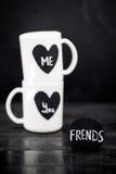2 белых чашки с надписью Стоковое Изображение