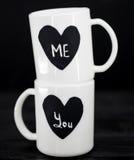 2 белых чашки с надписью Стоковые Фото