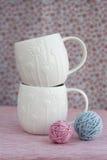 2 белых чашки шариков пряжи для вязать Стоковые Фотографии RF