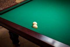 2 белых шарика биллиарда на таблице Стоковые Фотографии RF
