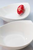 2 белых шары и пасхального яйца Стоковое Фото