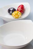 2 белых шары и пасхального яйца Стоковая Фотография RF