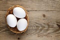 3 белых яичка в корзине Стоковое фото RF