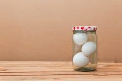 3 белых яичка в стеклянном опарнике Стоковое Изображение