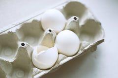 3 белых яичка цыпленка в коробке Стоковое Изображение RF