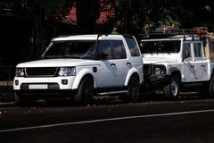 2 белых SUV в городе Стоковые Изображения RF