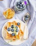 Бельгийские золотые waffles для завтрака с свежей Стоковые Фото