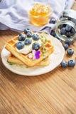 Бельгийские золотые waffles для завтрака с свежей Стоковые Изображения