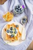 Бельгийские золотые waffles для завтрака с свежей Стоковое Изображение