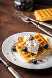 Бельгийские waffles на белой плите на деревенской предпосылке Стоковые Изображения RF