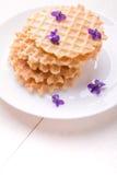 Бельгийские waffles на белой плите на деревянной предпосылке украсили фиолетовый цветок Взгляд сверху Стоковые Изображения RF