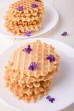 Бельгийские waffles на белой плите на деревянной предпосылке украсили фиолетовый цветок Взгляд сверху Стоковое Изображение RF