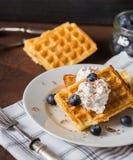 Бельгийские waffles на белой плите, салфетке и деревенской предпосылке Стоковое Изображение