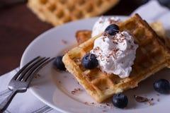 Бельгийские waffles на белой плите, салфетке и деревенской предпосылке Стоковые Изображения