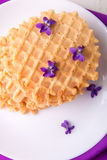 Бельгийские waffles на белой плите украсили фиолетовый цветок Взгляд сверху Стоковая Фотография