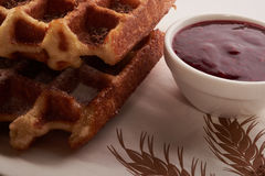 Бельгийские waffles с заскрежетанными шоколадом и вареньем Стоковые Изображения