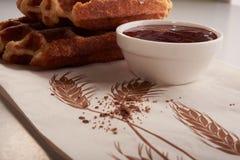 Бельгийские waffles с заскрежетанными шоколадом и вареньем Стоковые Фото