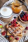 Бельгийские waffles с свежими ягодами и капучино Стоковые Фото