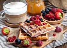 Бельгийские waffles с свежими ягодами и капучино Стоковое Изображение