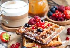 Бельгийские waffles с свежими ягодами и капучино Стоковое фото RF