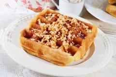 Бельгийские waffles с чокнутой заполированностью чехом сиропа меда крупного плана Стоковая Фотография