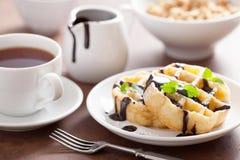 Бельгийские waffles с шоколадом и сахаром порошка для завтрака Стоковые Изображения