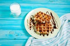 Бельгийские waffles для завтрака на голубой таблице Взгляд сверху Стоковые Фотографии RF
