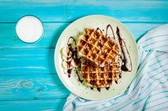 Бельгийские waffles для завтрака на голубой таблице Взгляд сверху Стоковые Изображения RF