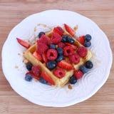 Бельгийский waffle с ягодами и сиропом Стоковое Изображение RF