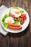 Бельгийский waffle с яичком и сосиской на деревянной таблице Стоковые Фото