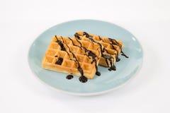 2 бельгийских waffles с шоколадом на сизоватой изолированной плите, Стоковые Фотографии RF