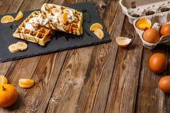 2 бельгийских waffles с яичками Стоковое Изображение