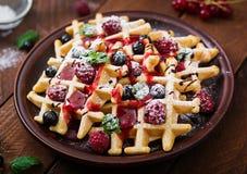 Бельгия waffles с полениками, шоколадом и сиропом Стоковые Фото