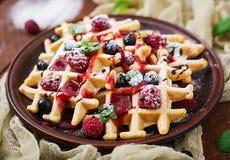 Бельгия waffles с полениками, шоколадом и сиропом Стоковые Фотографии RF