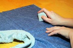 Беля мелом или отмечать материал для того чтобы отрезать его Стоковое Изображение RF