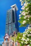 Библиотека международного приятельства мемориальная и Mojiko ретро Heimart с цветениями мирта crepe Стоковые Изображения