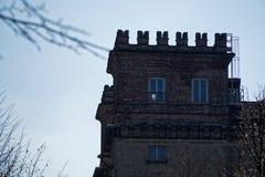 Библиотека, sul Naviglio Robecco, провинция милана, Италия, 13-ое марта 2018: Старая библиотека в Италии, как замок Стоковая Фотография
