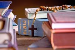 Библия и деревянный розарий Стоковая Фотография