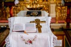 Библия и крест Стоковая Фотография