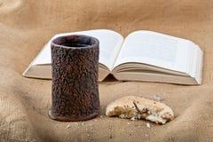 Библия, кубок и хлеб Стоковые Изображения