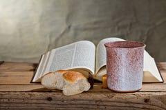 Библия, кубок и хлеб Стоковое Изображение