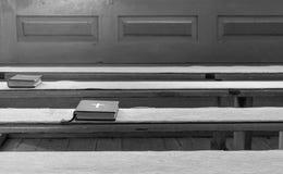 Библия на местах католической церкви стоковая фотография